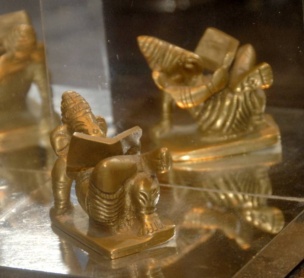 Ganesh lisant son œuvre
